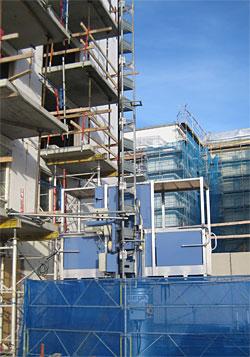 Vi säljer begagnade byggmaskiner, som exempelvis bygghissar.